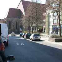 Anfahrt. Achtung in nahezu der gesamten Innenstadt gilt Tempo 20 oder 30, wobei dies auch in vielen Straßen überwacht wird.