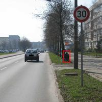 Diese, schon früher genutzte Messstelle, befindet sich in Schönwalde II, im Ernst-Thälmann-Ring, zwischen Puschkinring und Makarenkostraße in FR. Anklamer Straße. Wie auf dem Bild zu sehen ist, liegt eine Schule direkt an der Straße (genau genommen sind es drei Schulen). Aus diesem Grund und weil sich etwa 50-100 m weiter ein FGÜ befindet und es im Straßenverlauf weitere Stellen mit erheblichem Fußgängerquerungsverkehr gibt, gilt auf ca. 400 - 500 m generel Tempo 30.