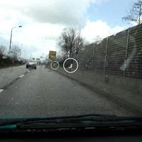 Glücklicherweise war der bekannte Opel Combo sofort bei der Anfahrt sichtbar (sorry für die schlechte Qualität, aber der Regen ergoss sich in dem Moment ...). Eine knappe Stunde später hatte sich der Kastenwagen unauffälliger postiert. Das Personal des Ordnungsamtes hatte gesehen, wie ich die Aufnahmen anfertigte, und daraus vielleicht versucht, Konsequenzen zu ziehen ... ;)