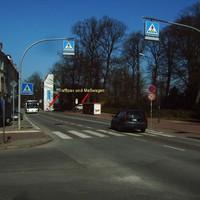 Anfahrt. Wie man sieht, gelten hier 30 (auf mehreren hundert Metern). Bushaltestelle, Fußgängerüberwege alle Nase lang ... Limit wird immer neu ausgeschildert.