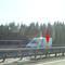 Sicht aus der Gegenrichtung. Die roten Pfeile zeigen die Kamera und die Blitzeinheit auf der Mittelinsel. Und den Blitz am rechten Fahrbahnrand.