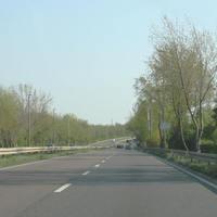 Anfahrtsansicht Die Messstelle befindet sich etwa auf Höhe des weißen Fahrzeuges welches sich im Bildhintergrund auf der Gegenspur befindet.