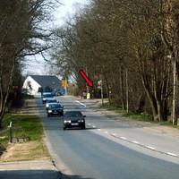 Anfahrt (mit Zoom). Die Beamten hatten sich in etwa ortsmittig hinter einer Bushaltestelle postiert.