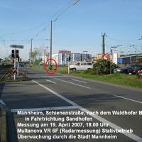 Die Messstelle befindet sich in Mannheim in der Schienenstraße kurz nach dem Waldhofer Bahnhof in Fahrtrichtung Sandhofen. Erlaubte Geschwindigkeit ist 50 km/h. Ausgelöst wurde ab 59 km/h.