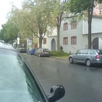 Im Bildmittelpunkt steht der berühmte goldfarbene Opel Astra. Standpunkt ist völlig gerechtfertigt, da viele Studenten hier die Straße überqueren. Wenn doch nur alle Ordnungsämter so denken könnten...