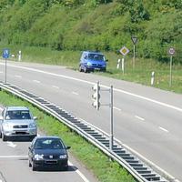 auf der insel zwischen ausfahrt und einfahrt tamm. aus dem blauen VW T4 der polizei ludwigsburg