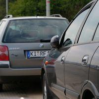 Fahrzeug hat nach vorn heraus eine VIDEOkamera und damit denen auch nichts entgeht, nach HINTEN heraus ein RADARgerät...  Silbergrauer VW-Passat mit dem Kennz.:  KI-RF 132