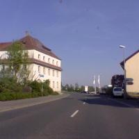 """Anfahrt Richtung Kulmbach: klarer Hinweis der bekannte weiße Bus, der aus beiden Richtungen gut im voraus zu sehen war, der aber zeitweise auch woanders stand (in der Straße Am Eichenhang""""), dann hat man ihn von der Straße aus kaum noch gesehen, links von Bus stand das Blitzgerät"""
