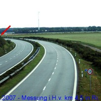 Anfahrtsansicht, aufgenommen von der Brücke in Höhe Goldenstädt (km 5,5). Meßstelle ca. sh. Pfeil.