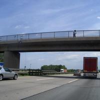 Gesamtansicht: Bodenkamera, 2 x Kamera im Brückengeländer und Meßbeamter (bewegt sich Richtung Meßbus, welcher bei Anfahrt nicht sichtbar ist, ....