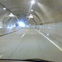 man sollte im Tunnel d.angegebene Geschwindig keit fahren.