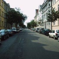 Blick in Richtung Werderkaserne. Der O-Amts-Opel fällt in diesem 'Park-Mix' nicht weiter auf ...
