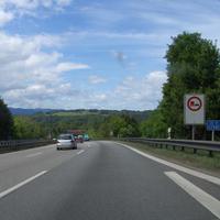 """Anfahrtsansicht: Bergabfahrt nach der Anschlußstelle Irschenberg (Ende vom Beschleunigungsstreifen gerade noch sichtbar). Vor der """"Schilderbrücke"""" sind Piezosensoren in den Fahrbahnen eingelassen,..."""