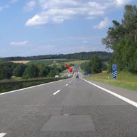 Anfahrtsansicht: in der Senke kurz vor dem Asphaltwechsel lauert die Gefahr. Vor nicht so langer Zeit war hier noch unbeschränkt,  nun gilt 120 km/h.