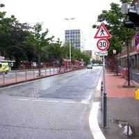 Andreas-Gayk-Straße vor dem Rathaus in Kiel.  Hier gilt für 150 Meter 30, es ist mitten in der Innenstadt, Bushaltestellen in der Mitte der Straße.