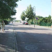 Anfahrtsansicht. Es gelten 30 km/h-Wohngebiet mit viel Fußgängerverkehr.