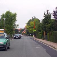 Diese schon von weitem sichtbare Tafel wird im ganzen Ort Giebelstadt an wechselnden Stellen platziert, um auf nicht strafende Weise den Fahrern das Tempo in Erinnerung zu rufen.