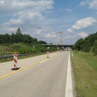 Anfahrtsansicht: Man gelangt in diese kurze Brückenbaustelle über einen 100->80->60-Trichter. An der dritten Warnbake wird gemessen.