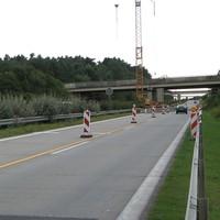Anfahrtsansicht: Auf Höhe der ersten Warnbake links ist man schon gemessen. Bemerkenswert war, dass die allermeisten Autofahrer einen Blitzer auf der rechten Seite vermuteten.