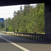 Im Schatten rechts der Einseitensensor, danach Blitz- und Fotoeinheit. Der Meßvan ist hinter Brücke versteckt.