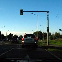 Anlage über dem rechten Rücklicht des Volvo zu erkennen.