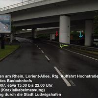 Alte Stelle mal etwas upgedatet. Standort ist in der Lorientallee in LU in Rtg. Hochstraße Süd nach MA. Eine der schwer zu erkennenden Messstellen von Ludwigshafen. Der blaue Bus steht hinter dem Pfosten (blauer Pfeil), die Koaxialkabel auf der nassen Fahrbahn kaum erkennbar (grün) und die Fotoeinheit wegen der Kurvenkrümmung erst spät zu sehen (rot).