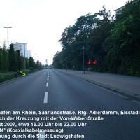 Anfahrtsansicht: Die Messstelle befindet sich in LU in der Saarlandstraße Richtung Eisstadion kurz nach der Kreuzung mit der Von-Weber-Straße. Die roten Pfeile kennzeichnen Foto und Blitz, der grüne Pfeil zeigt auf die Messfühler.