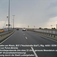 Die Messstelle befindet sich in Ludwigshafen am Rhein auf der Hochstraße Süd in der Auffahrt zur Pylonbrücke in Richtung A650 / Bad Dürkheim. Erlaubte Geschwindigkeit ist 70 km/h, ausgelöst wird ab 79 km/h. Rechts gut zu erkennen die Fotoeinheit und links der Zusatzblitz; nicht zu vergessen: die Koaxialkabel auf der Fahrbahn.