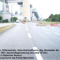Die Messstelle befindet sich in Mannheim in der Diffenéstraße, Höhe Erdölraffinerie in Rtg. Bürstadter Straße / B44. Erlaubte Geschwindigkeit war 50 km/h, da diese Stelle noch innerhalb der Ortschaft ist.. Die Qualität der Fotos lässt leider zu wünschen übrig, da das Gegenlicht bessere Aufnahmen und v.a. aus anderer Perspektive vereitelte..