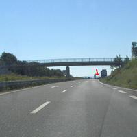 von Würzburg kommend am Ende der autobahnähnlichen Kraftfahrstraße mit zulässigen 100 km/h wird am Ende mit 80 km/h und 60 km/h getrichtert. Hier gilt nun schon 60 km/h und rechts kann das geübte Auge schon verdächtiges erkennen...