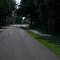 ...es stehen dort ein paar Häuser, das Gerät ist erst spät zu erkennen, rechts hinter der Bushaltestelle