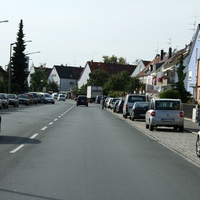 Anfahrtsansicht. Vor dem weißen VW-Bus spitzt der Radarwagen schon vor.