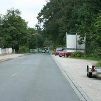 Anfahrtsansicht. Rechts sieht man schon den hellgrünen Peugeot der Firma GKVS