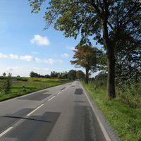 Anfahrtsansicht. Es gelten wegen des Abzweigs nach links (Suckow) 70 km/h, da keine separate Abbiegespur vorhanden ist.