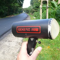Diese Fotos entstanden im September 2007 in Sri Lanka auf einem Ausflug ins Landesinnere. Die Messung fand irgendwo auf freier Strecke statt und die beiden Polizisten standen versteckt im Feld. Die waren übrigens überraschend entspannt und haben mich auch gleich Fotos machen lassen :-)