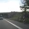 hier ist man gerade auf der Meßlinie und eine Foto-Blitz-Einheit (nur auf der rechten Seite) taucht hinter der Warnbake auf.