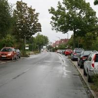 Anfahrtsansicht. Das vorletzte Auto in der rechten Parkreihe ist das Radarfahrzeug (silberner VW Golf IV Variant).