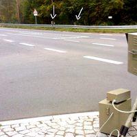 Gesamtübersicht. In Richtung Stadt wird mit Lichtschranke gemessen; in Richtung OT Wasserlos mit Radar.