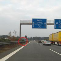 links im Mittelstreifen ist das mobile Radargerät aufgebaut, hinter dem Pfeiler einer Schilderbrücke.