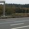 Radargerät am Schlilderbrückenpfeiler und im Hintergrund in der Behelfsanschlussstelle der dunkelblaue VW-Meßbus der Hofer Polizei