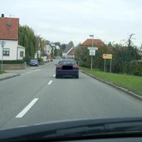 wenige Meter hinter dem Ortseingangsschild lauter hier des Öfteren der blaue VW Touran des LRA HN auf der linken Seite. Geblitzt wird meist aus Richtung Brackenheim kommend, also aus der Frontscheibe heraus. Allerdings ist auch beidseitig möglich und wurde früher auch schon praktiziert. Der blaue Touran scheint den altbekannten VW Bus HN-DC 265 abgelöst zu haben.
