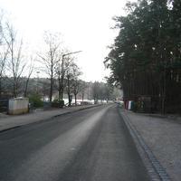 Anfahrt - eigentlich müsste doch rechts der Radarwagen entweder von der Kommune oder von der Polizei stehen. Fehlanzeige: Es wurde beidseitig mit der Lichtschranke gemessen.