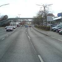 Noch 150 Meter vor dem hellblauen VW-Bus rechts