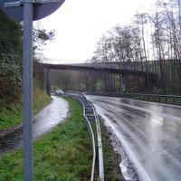 Hier muss man sehr genau hinschauen, der Blitzer ist sehr gut durch die Umgebung getarnt. Sehr viele Autofahrer konnten erst im letzten Moment bremsen.