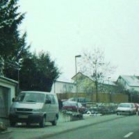 Brackenheimer Straße Richtung Nordhausen, erlaubt sind 50. Geblitzt wird aus dem damals silbernen VWBus,d er vor der Garage steht; die Fotoeinheit kann man vorne auf der Fahrerseite nur erahnen,