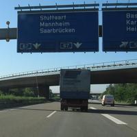 Anfahrt: Spätestens an der letzten Schilderbrücke vor der Gabelung A 5 / A 67 sollte man auf 100 km/h abbremsen.