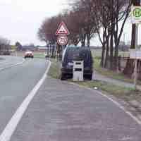 Blaugrüner Renault Kangoo der Kreisverwaltung Wesel mit dem Kennzeichen WES 2888 mit grauer Blitztonne vor dem Abbieger n.Millingen