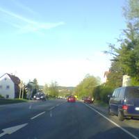 Altes Foto vom 20.04.2007 (am 21.01.08 sah es aber genauso aus): Die Fahrzeuge, die hier auf uns zufahren wurden aus der Fahrerkabine dieses blauen Busses gelasert. Am Ortsende stand dann noch der rote Bus mit KC-Kennzeichen.