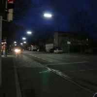 Die Messtelle befindet sich kurz nach der Bushaltestelle Marconistrasse. Der Messwagen steht vor dem silbernen Mercedes am rechten Strassenrand.