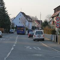 Anfahrtsansicht. Blick aus Sicht der Einmündung Bunsenstraße. Das Messfahrzeug (blauer VW Caddy) befindet sich in diesem Fall zwischen Röntgenstrasse und Gaußstrasse.